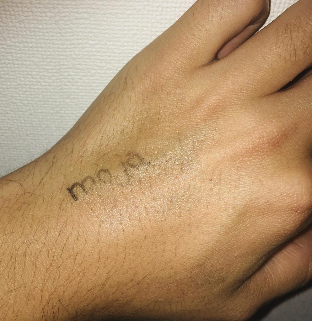手にマジックで描いた文字